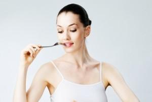 Женщина боится набрать лишний вес