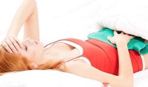 Девушка лежит с грелкой