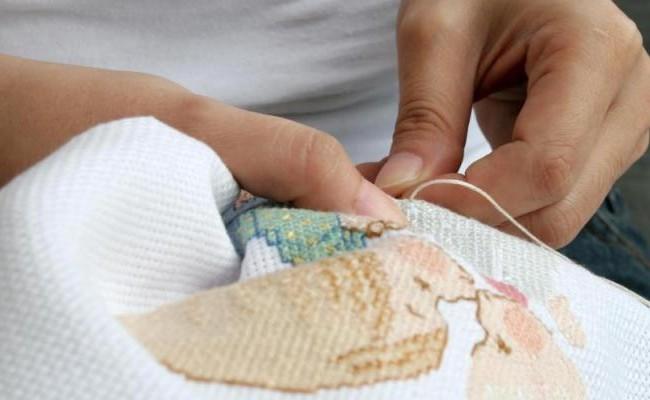 Женщина вышивает