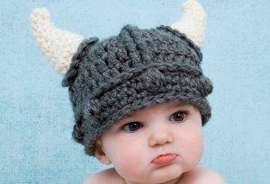Мальчик в шлеме викинга