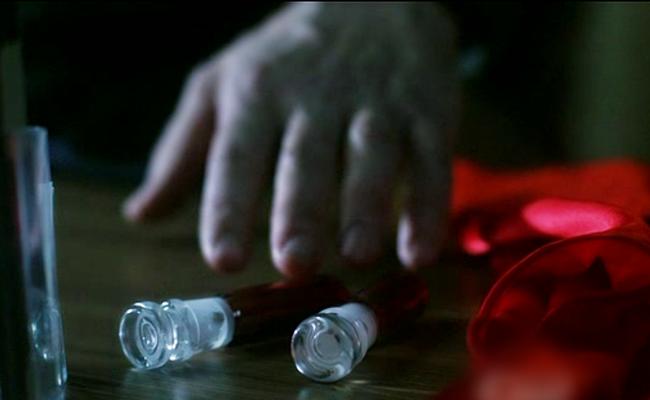 Рука тянется к крови