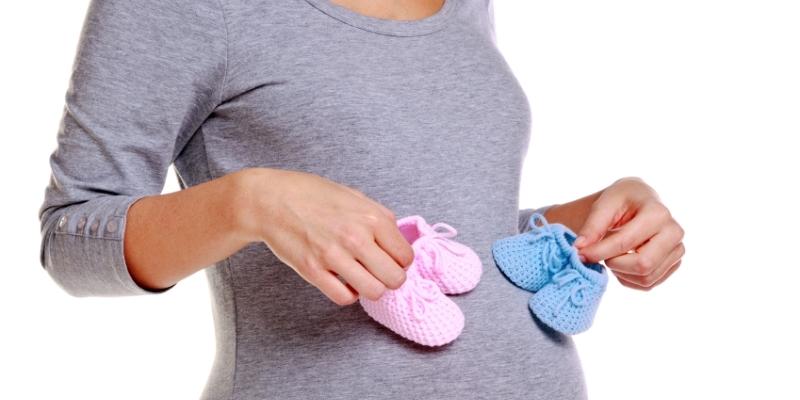 Беременная с детскими пинетками
