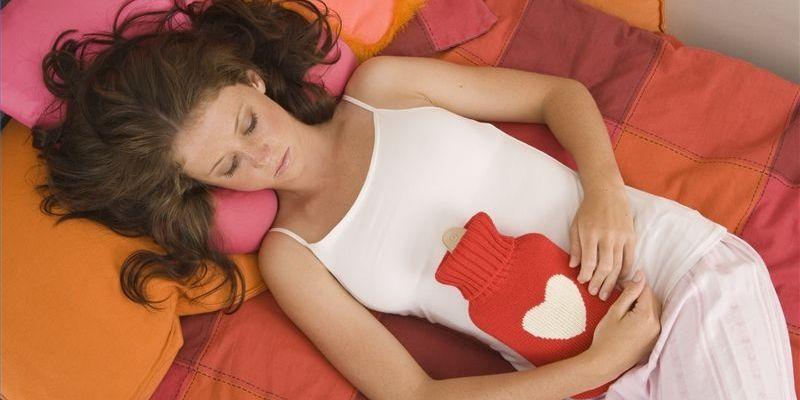 Девушка в постели с грелкой